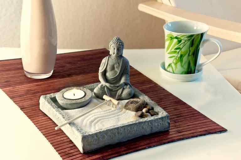 bouddha dans jardin zen
