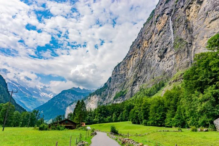 Pad en watervallen in Lauterbrunnen, Zwitserland