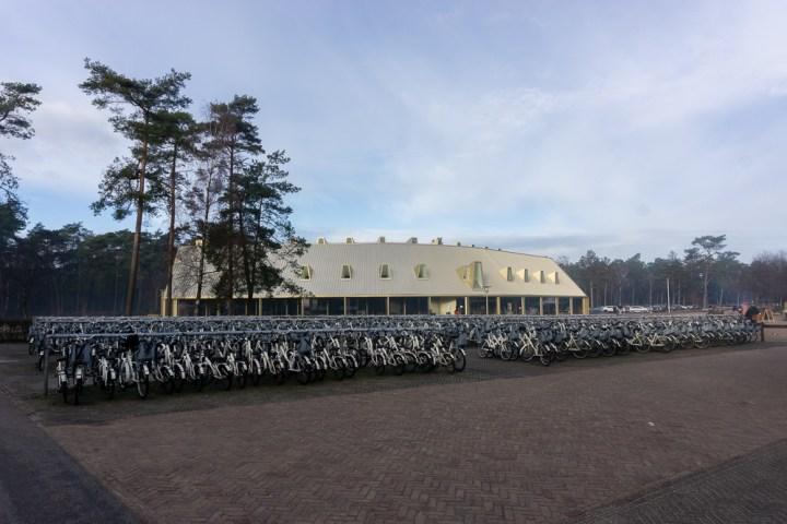 Witte fietsen bij het bezoekerscentrum Hoge Veluwe.
