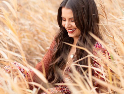 October 2018 Soundtrack | Girl Smiling in a field of tall grass, Alberta, Canada | Calgary Lifestyle Blogger // JustineCelina.com
