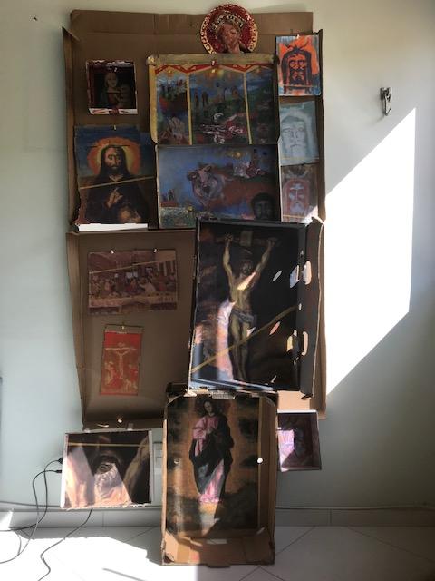 """Fotografia da instalação """"Oratório: Quem Pecou Demais? Eu, Não Fui."""", Justino, acrílico em papelões, 2018."""