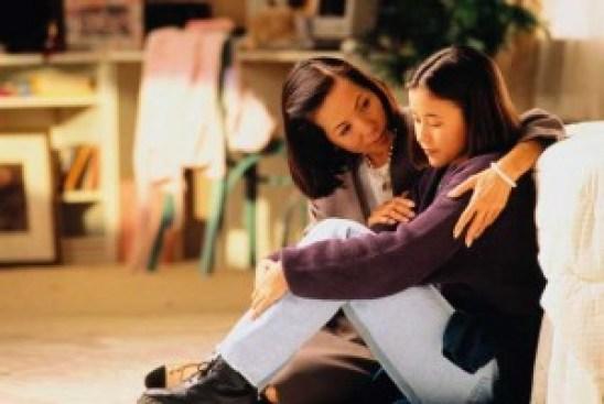 Dekapan ibu yang membuat ketenagan hati.        (  sumber gambar iedoet.wordpress.com )