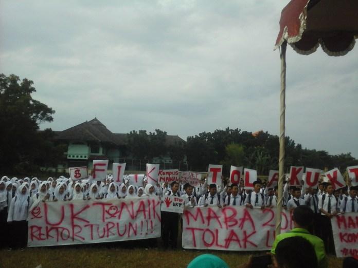 Salah satu aksi yang dilakukan oleh mahasiswa baru menuntut birokrasi mengkaji ulang terhadap besaran UK T(24/08). sumber : dok.justisia