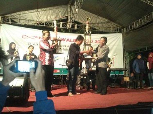 Wakil Dekan III, Muh. Arifin memegang piala juara umum. Perwakilian Dema FSH, Bakhtiar menerima Piala Bergilir Juara Umum dari Wakil Rektor III, Suparman pada acara penutupan orsenik 2016, Rabu, (28/09)