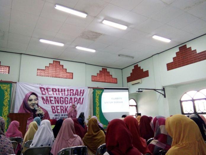 """Pegi Sukma Melati mengisi acara """"Hijrah Menggapai Berkah"""" di Lab. Dakwah Kampus III UIN Walisongo, Kamis (20/10/2016) (dok: Fauzia)"""
