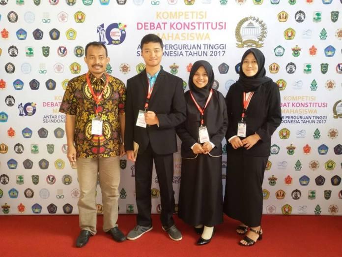 Wakil Dekan III Fakultas Syariah dan Hukum UIN Walisongo Mohammad Arifin (batik) berfoto bersama dengan Tim Debat Hukum UIN Walisongo di Bogor, Senin (21//08)
