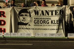Demonstranten Landgericht Bonn: Sie verlangen Gerechtigkeit Foto: Martin Behrsing