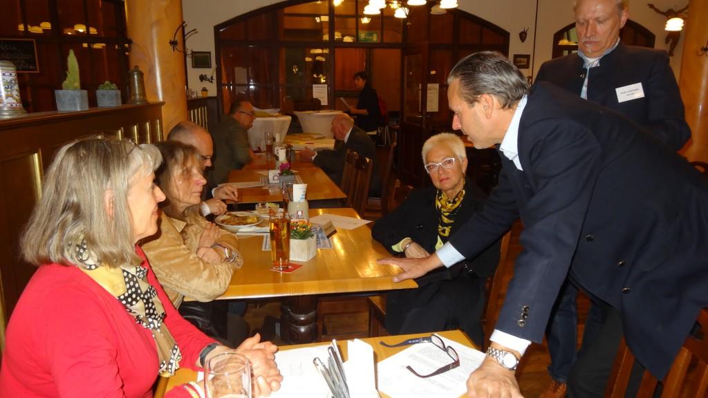 Fau Adrian hier im Gespräch mit Chritoph Klein, Josef Mehl un.......Gründungsmitglieder des Verein Justiz-Opfer.