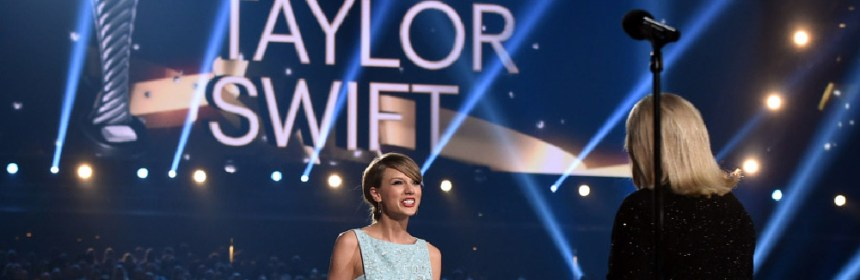 taylor swift accepts milestone award from her mother andrea swift at acm awards 2015