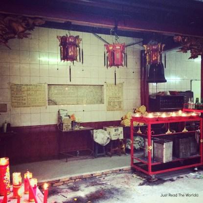 Candele e lanterne nel tempio di Chinatown