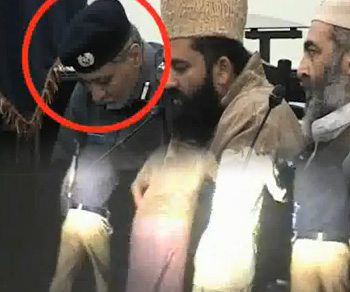 DIG Police caught sleeping and Punjab police pushing vans