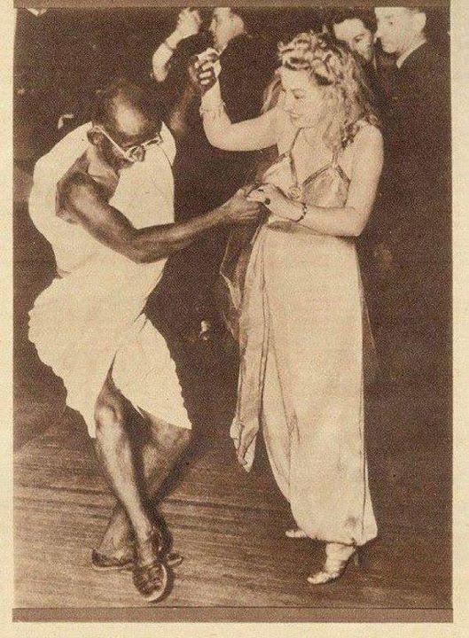 mahatma_gandhi_dancing_with lady