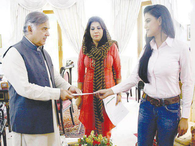 veena malik awarded by PM Shahbaz sharif