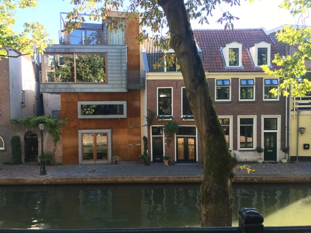 A cafe and several houses on the Oudegracht