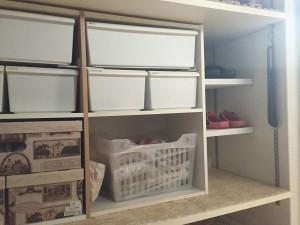 カラーボックスと壁の間に作った棚