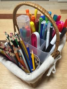 子供用のペンと色鉛筆をかごに入れて整理