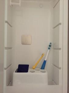 洗面台 三面鏡にステンレス補助プレートを貼る