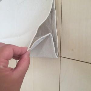 二つ折りしてできた輪の部分をM字に折り曲げる
