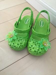 黄緑 ゴム製サンダル お花付き 5歳娘の誕生日プレゼント