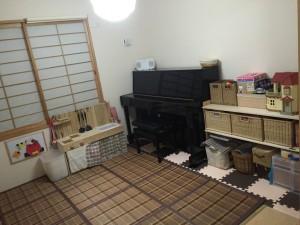 和室 おもちゃ部屋 アップライトピアノ