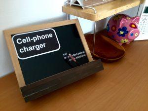 100均アイテムだけで木製の携帯置き場を手作りした