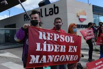 Más de 100 activistas de Rebelión por el Clima bloquean la entrada del centro de investigación de Repsol en Móstoles y piden el cese de sus actividades fósiles