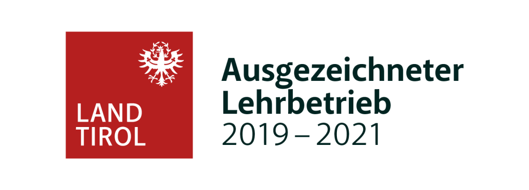 """Land Tirol Ausgezeichneter Lehrbetrieb. Schon seit jeher ist uns die Ausbildung unserer Lehrlinge ein besonderes Anliegen. Künftige Einzelhandelskauffrauen und -männer, sowie Gold- und Silberschmied*innen sollen mit Freude und Interesse ihren Beruf erlernen können. Auf die Vermittlung von fachlicher und auch sozialer Kompetenz legen wir größten Wert, nicht umsonst sind wir seit 2009 ein """"Ausgezeichneter Lehrbetrieb"""" des Landes Tirol."""