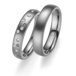 Tantalum Partnerringe TA-11 und TA-12 jetzt online bei Juwelier Winkler entdecken. Trauringe in Tantal 999, komplett in Handarbeit hergestellt. Damenring mit 10 Diamanten im Brillantschliff.