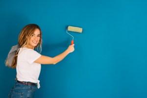 chica pintando pared