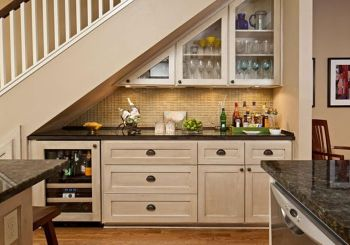 mini bar debajo de las escaleras