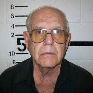 76 años de edad, Ronald Lawrence han sido detenidos por 19 cargos de abuso sexual