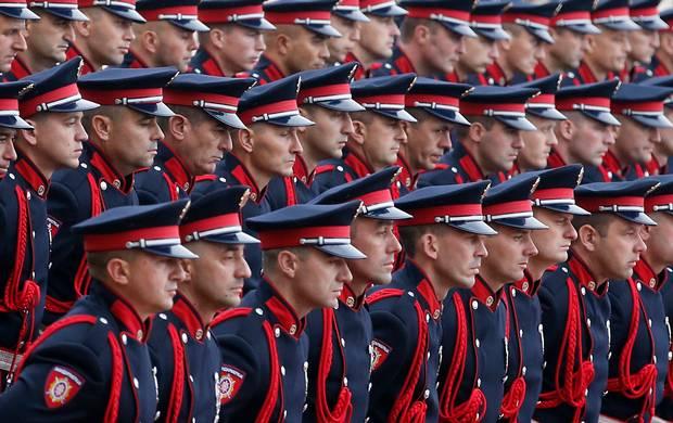 SERBIEN: Den serbiske æresgarde byder lederen af den russiske sikkerhedstjeneste Nikolai Patrushev velkommen til Beograd foran Serbia Palace. Foto: Darko Vojinovic/AP
