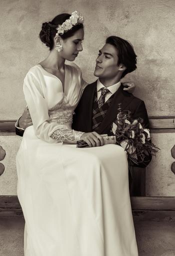 la novia sentada en las piernas del novio