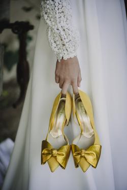 llevando los zapatos en la mano