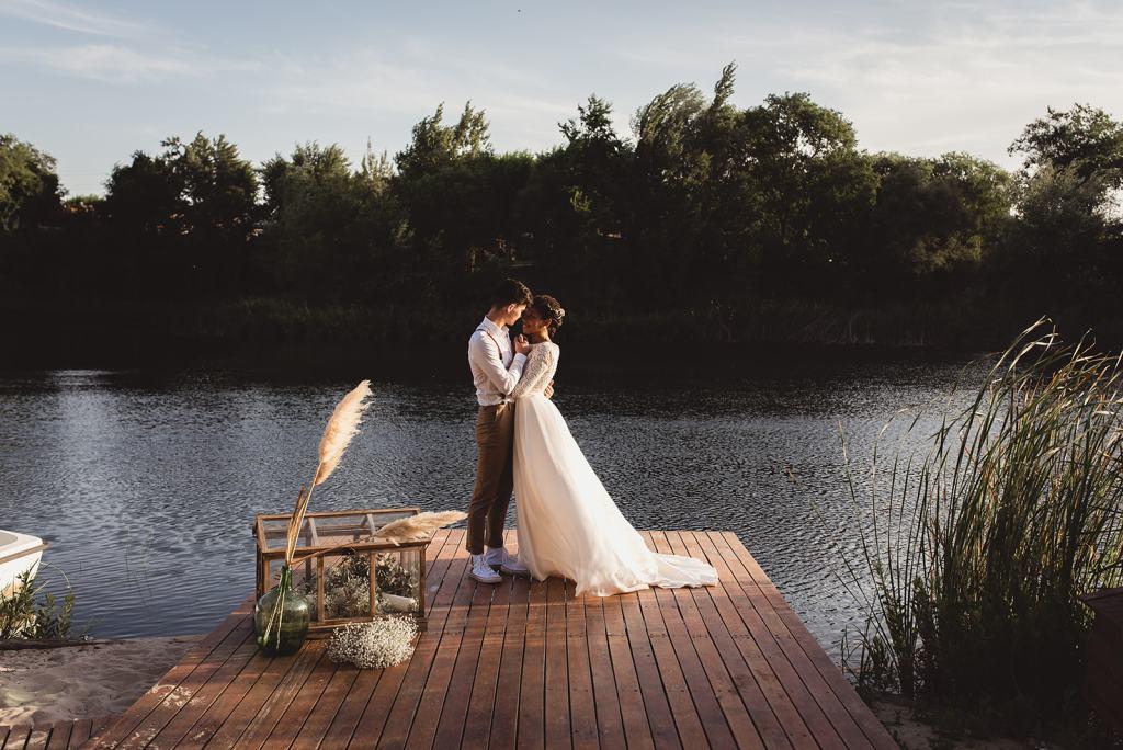 el beso de los novios a¡y el lago