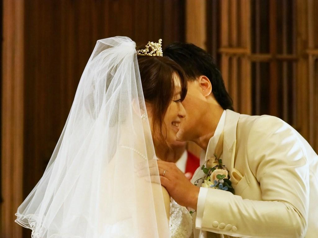 結婚式のキスシーンの写真
