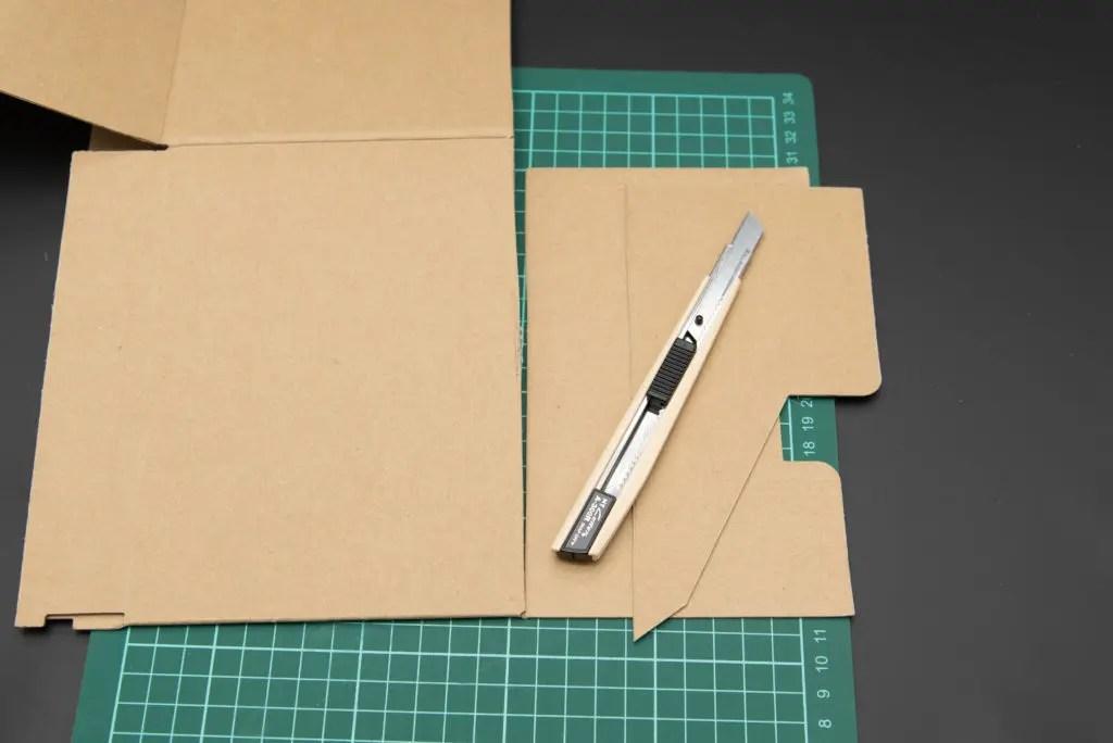 コミック本収納ボックスをひっくり返して、底部分をカットしていきます。