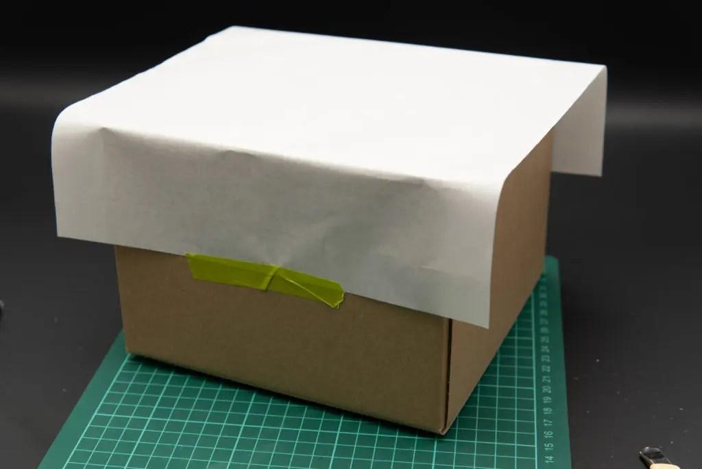 空いた底部分に書道用半紙を貼る