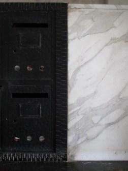 """""""L'Urbaine"""", boîte aux lettres et marbre veiné de gris"""