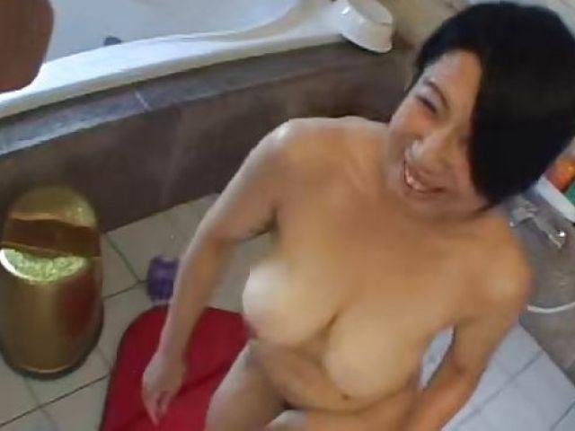 爆乳な三十路熟女がセックスレスで欲求不満な熟女のおまんこをさらけ出しAV撮影で発散する熟女ひとづま動画