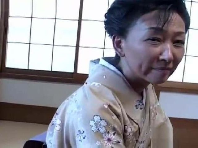 温泉旅館の熟女の女将さんを酔わせてちんぽを触らせその気にさせて乱交状態になっちゃう高齢熟女無修正動画