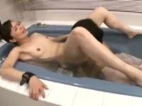 淫乱な美人な母親が息子の友達と息子の前でセックスしながら激しく悶える人妻熟女の動画