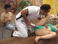 お試しのエステで夫の目の前で欲情しマッサージ師に寝取られていく人妻熟女の動画