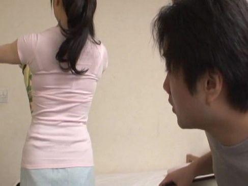 美人な母にムラムラした息子を見て優しく女性を教えてあげながら自分も気持ちよくなっちゃう近親相姦な熟女ひとづま動画