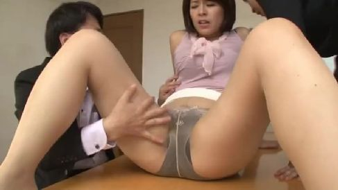 豊満な熟女のOLが同僚に脅されて体を弄ばれ調教されていく熟女動画