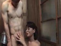 息子を義母と母親が取り合い3P近親相姦セックスしていく人妻熟女の動画
