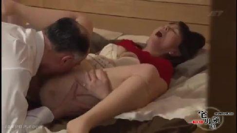 息子の学費を稼ぐ為親父に体を売って援助交際していく豊満熟女のセックス動画