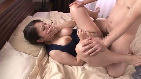 欲求不満な可愛い義母が息子のオナニーを見て欲情していく熟女セックス動画