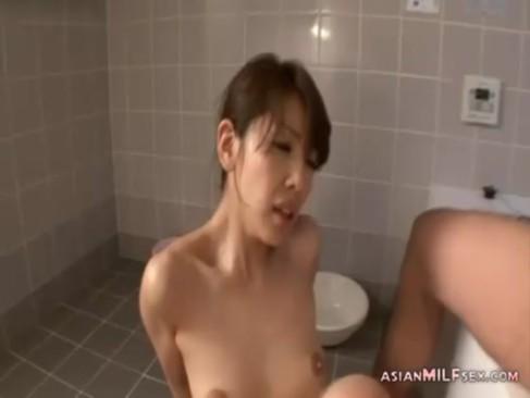 結城みさがお風呂場で生セックス!恍惚の表情でフェラチオしておまんこに挿入させてるおばさんの動画