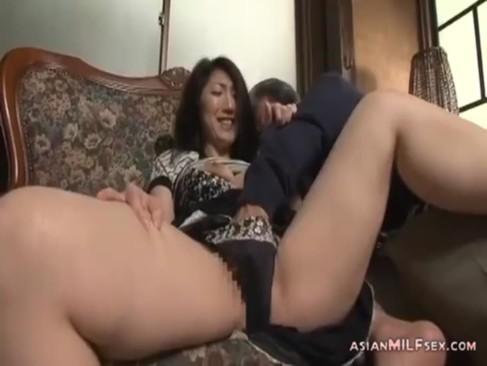 絶倫義父との不倫セックスに喘ぎまくる五十路熟女妻!おまんこを弄られて悶えまくってるjyukujo動画画像無料